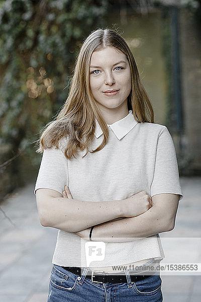Porträt eines selbstbewussten Teenager-Mädchens auf der Terrasse stehend