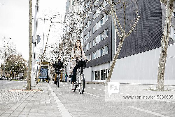 Ein Paar fährt E-Bikes in der Stadt
