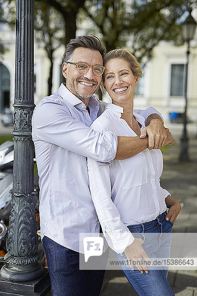 Porträt eines glücklichen Paares bei der Umarmung in der Stadt