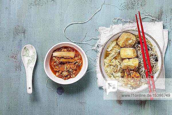 Asiatische Nudelsuppe mit Kohl,  Tofu,  Shirataki-Nudeln und hausgemachtem Kimchi
