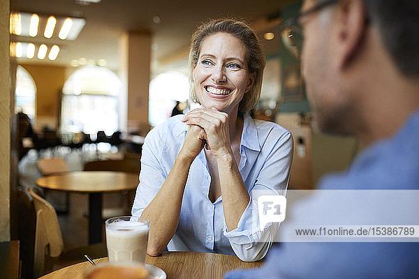 Porträt einer glücklichen Frau mit Mann in einem Cafe