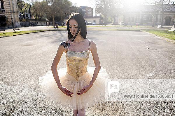 Italien  Verona  Porträt der Ballerina in der Stadt