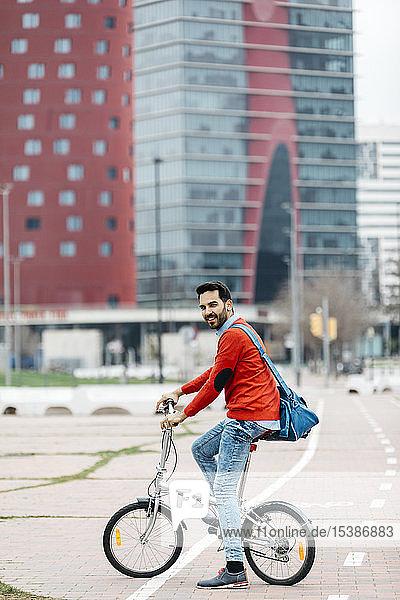 Gelegenheits-Geschäftsmann  der mit seinem Faltrad durch die Stadt pendelt