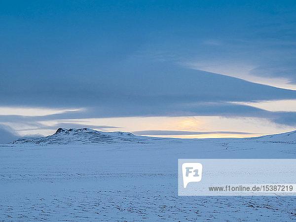 Island  schneeweiße Landschaft bei Krafla vor Sonnenuntergang im Winter