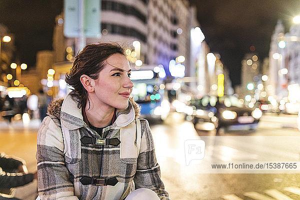 Spanien  Madrid  junge Frau nachts in der Stadt neben der Gran Via