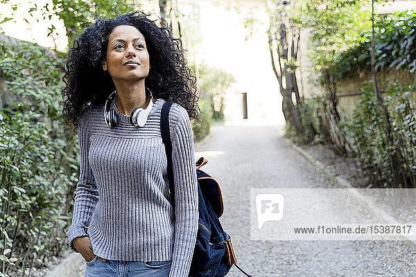 Frauen mit Rucksack erkunden die Stadt