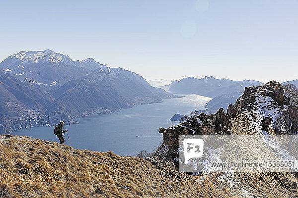 Italien  Como  Lecco  Frau auf einer Wanderung in den Bergen über dem Comer See