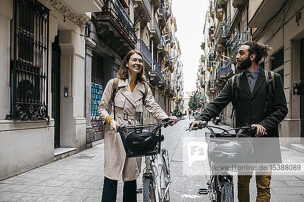 Ein Paar schiebt E-Bikes und erkundet die Stadt