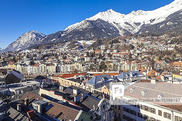 Österreich  Tirol  Innsbruck  Panoramaaufnahmen der Stadt mit schneebedeckten Alpen im Hintergrund