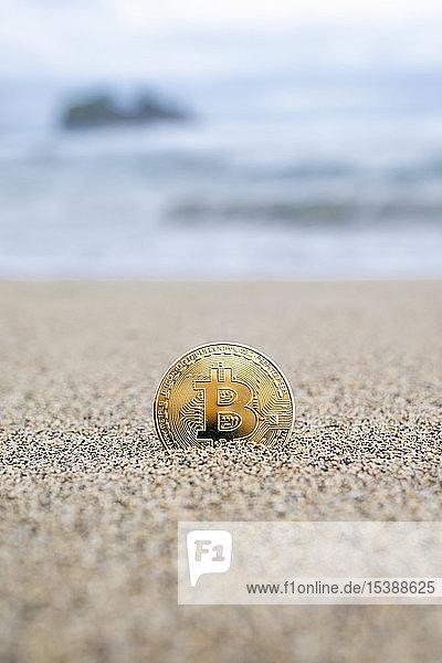 Bitcoin an einem Sandstrand