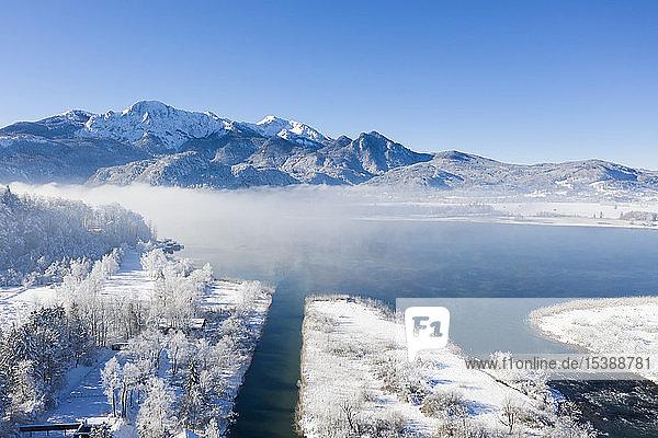 Deutschland  Oberbayern  Kochel  Luftaufnahme des Kochelsees im Winter  im Hintergrund Herzogstand und Heimgarten