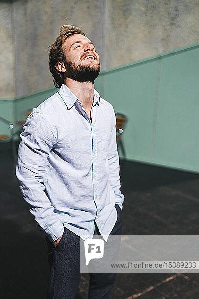 Porträt eines probenden Schauspielers auf der Theaterbühne Porträt eines probenden Schauspielers auf der Theaterbühne