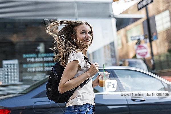 Junge Frau erkundet New York City  überquert Straße