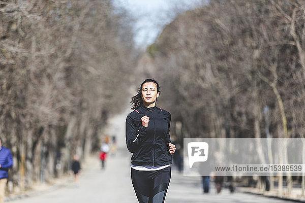 Junge Frau joggt im Park