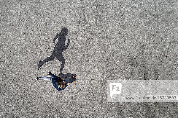 Longboarding einer Frau  Draufsicht