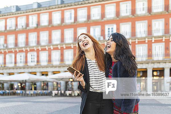 Spanien  Madrid  Plaza Mayor  zwei beste Freunde amüsieren sich gemeinsam in der Stadt