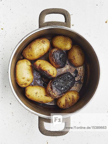 Kochtopf mit verbrannten Kartoffeln