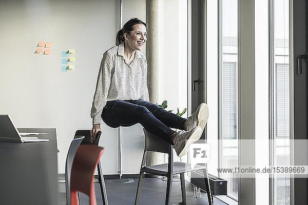 Glückliche Geschäftsfrau in Ausübung ihres Amtes