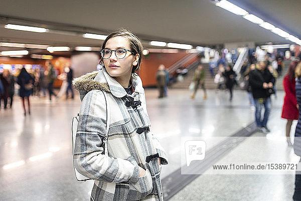 Spanien  Madrid  junge Frau in einer belebten U-Bahn-Station