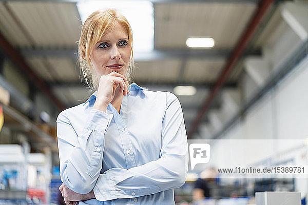 Porträt einer Geschäftsfrau im Fabrikdenken