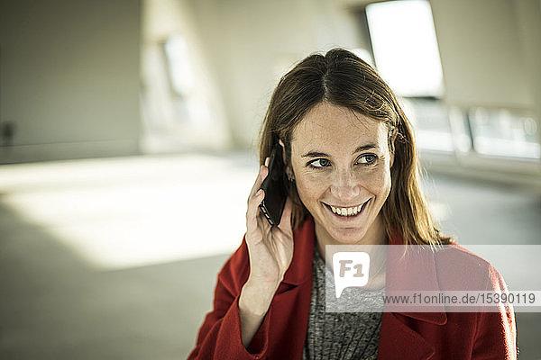 Geschäftsfrau telefoniert in neuen Büroräumen