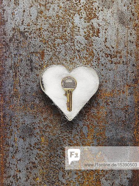Schlüssel in mit Watte gefüllter Ausstechform