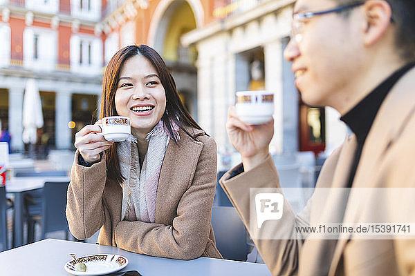 Spanien  Madrid  junges Paar genießt einen Kaffee auf der Plaza Mayor