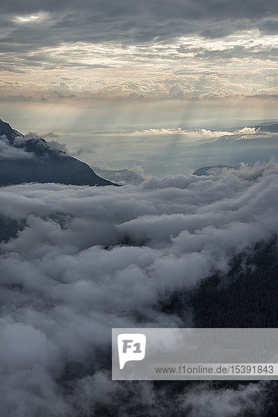 Italien  Dolomiten  Südtirol  Blick vom Berg Seceda auf Wolken über den Bergen