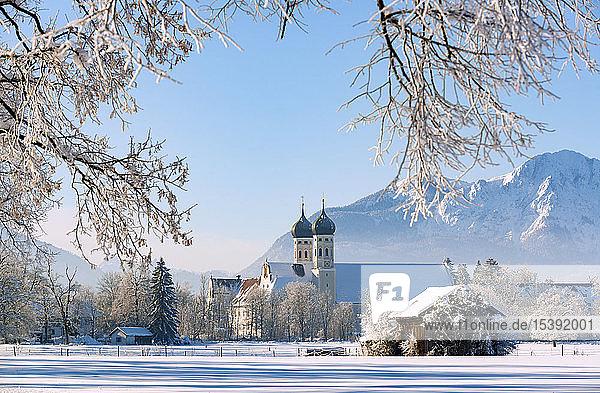 Deutschland  Oberbayern  Tölzer Land  Kloster Benediktbeuern im Winter