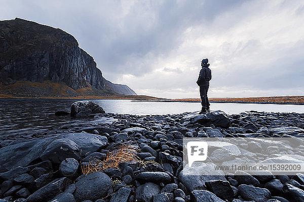 Norwegen  Lofoten  Eggum  Mensch genießt die Natur