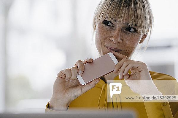 Porträt einer schönen blonden Frau  lächelnd
