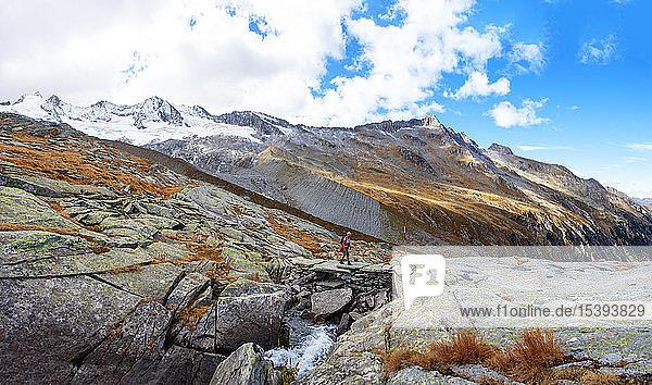 Österreich  Bundesland Salzburg  Nationalpark Hohe Tauern  Zillertaler Alpen  Frauenwandern auf Felsen