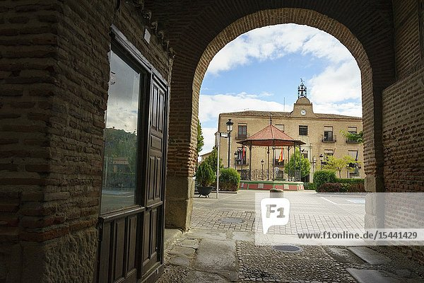Through Arco De Alcocer of Arévalo we see the roundabout of the musicians and the facade of the town hall