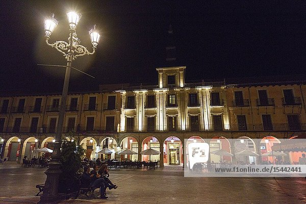 Tourists enjoy the nights in the main square of León