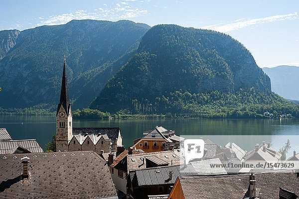 Hallstatt  Salzkammergut  Upper Austria  Austria  Europe - View of Hallstatt with lake Hallstaetter See and mountains in the backdrop. The small town is a popular Chinese travel destination and exists as a replica in Guangdong Province  China.