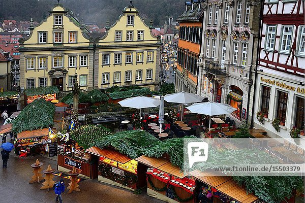 Christmas market at Marktplatz  Hotel Gasthof Goldener Adler on right  historic part of Schwäbisch Hall  Christmas market at Marktplatz  Schwäbisch Hall  Baden-Württemberg  Germany  Europe