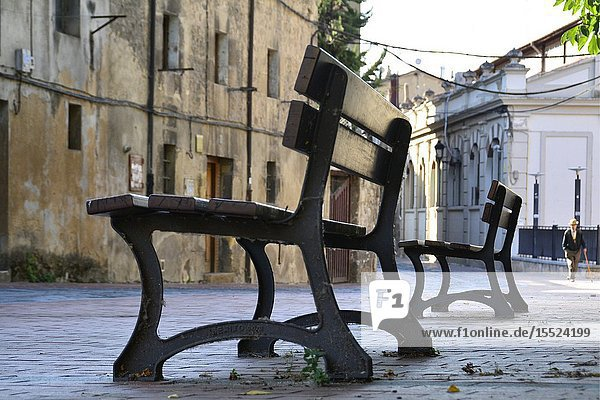 Miranda de Ebro  benches on the street in the historic part of the city  Burgos province  Castile and León  on the border with the province of Álava and the autonomous community of La Rioja  Spain  Europ