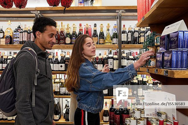 Couple of young tourists shopping at food store  Delicatessen  Multiracial young couple  Donostia  San Sebastian  Gipuzkoa  Basque Country  Spain