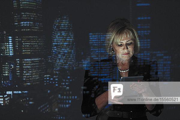 Doppelbelichtung Geschäftsfrau mit digitalen Tablet mit Abend Stadtlandschaft im Hintergrund