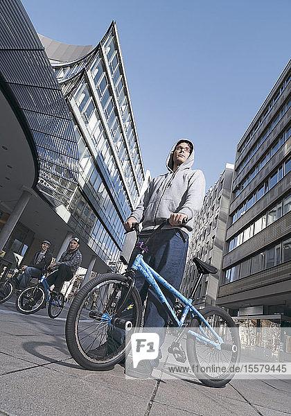 Deutschland  Stuttgart  Junge Männer mit BMX-Rad in der Stadt