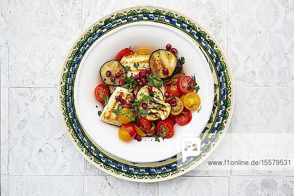 Direkt unter Schuss Salat in Teller auf dem Boden