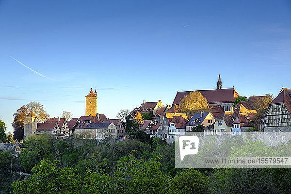 Häuser in der Altstadt klarer blauer Himmel in Bayern  Deutschland