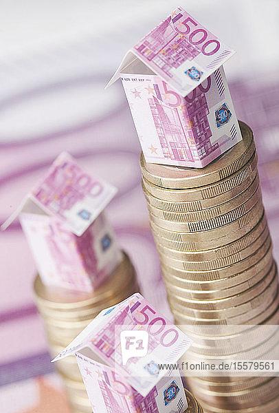 Bau von 500-Euro-Scheinen auf Münzstapel