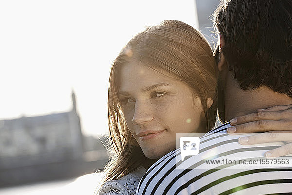 Deutschland  Köln  Junges Paar umarmend  lächelnd