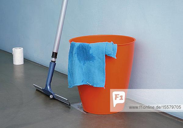 Eimer  Reinigungstuch und Schrubber  Nahaufnahme