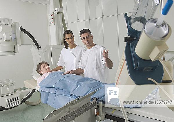 Deutschland  Nürnberg  Ärzte bei der ärztlichen Untersuchung von Patienten