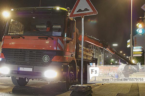 Deutschland  Nürnberg  Baufahrzeug bei Nacht
