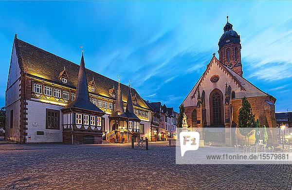Deutschland  Niedersachsen  Einbeck  Altstadt  Altes Rathaus und St. Jacobi-Kirche zur blauen Stunde