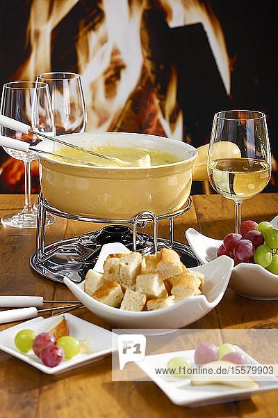 Käsefondue mit Brot und Trauben