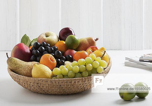 Obstkorb mit verschiedenen Früchten  Nahaufnahme